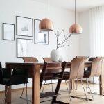 Dark Wood! Ein wunderschöner Esstisch und Stühle im dunklen Holz, kombiniert mit eleganten Pendelleuchten in schimmerndem Kupfer, einer Bilderwand und der wunderschönen Vase Hammershøi. Einfach perfekt! // Esszimmer Esstisch Stühle Leuchte Pendelleuchte Vase Bilder Bilderwand Ideen Einrichten Skandinavisch #Esszimmerideen #Esszimmer #Esstisch #Stühle #Bilderwand #Bilder #Pendelleuchte #Ideen #Einrichten #Vase #Skandinavisch  @nedashome – Westwing Home & Living Deutschland