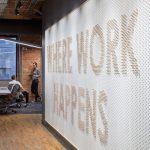Bunte Stände, Möbel und Kabel beleben Slacks Büro in Toronto von Dubbeldam - ...