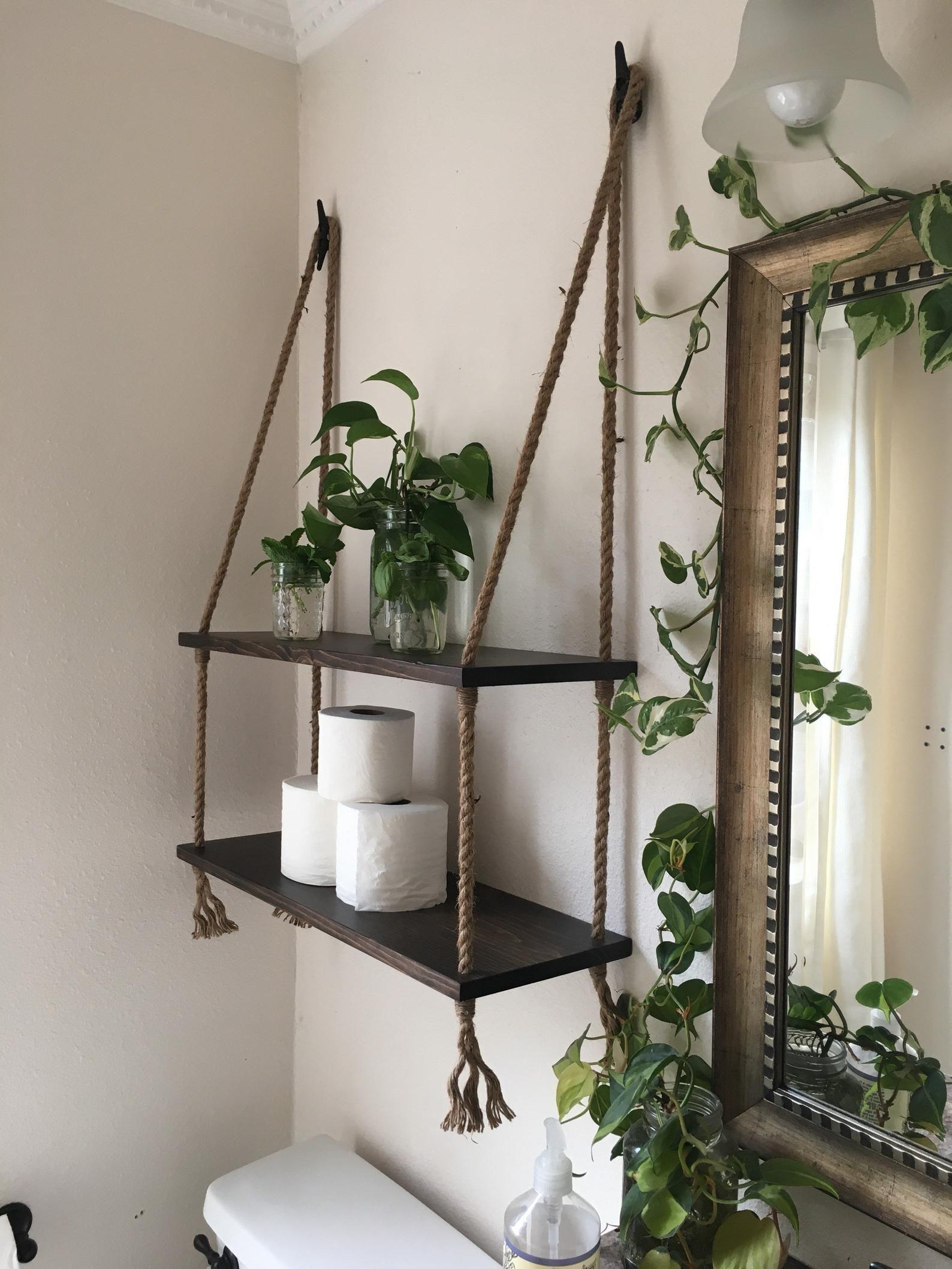 Articles similaires à Bois et corde suspendu étagères en Expresso tache – salle de bains étagères – petite salle de bain rangement – entrée façon étagères-séjour chambre étagères sur Etsy