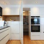 """Begehbare """"Speis"""" versteckte Vorratskammerlösung versteckt hinter einer Küchen..."""