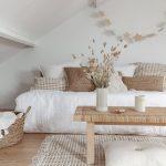 Couleurs de peinture blanche: salon blanc rustique avec intérieur minimaliste - Peinture