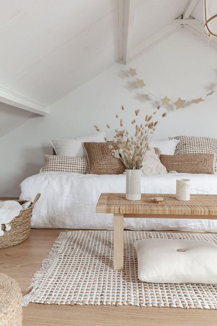 Couleurs de peinture blanche: salon blanc rustique avec intérieur minimaliste – Peinture