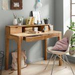 Da geht einem die Arbeit leicht von der Hand – schicker Schreibtisch aus Wildeiche.