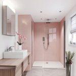 Das prächtige Badezimmer mit seinem matten Rosa und der Box mit dem klaren Glas verließ den Raum noch vergrößerter. Die Bank ... - Karen Villanueva - Mix