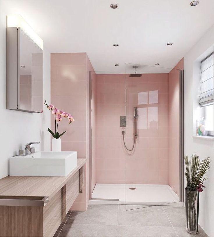 Das prächtige Badezimmer mit seinem matten Rosa und der Box mit dem klaren Glas verließ den Raum noch vergrößerter. Die Bank … – Karen Villanueva – Mix