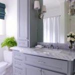 Das schöne Badezimmer verfügt über einen grauen Waschtisch eine graue Marmorp...