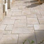Gartengestaltung mit Terrassenplatten, Mauern und Pfeilern - Planungswelten