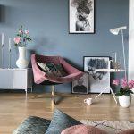 Graue blaue Wände und rosafarbenes Zubehör im Wohnzimmer - #blaue #Graue #im #...