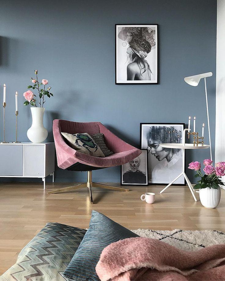 Graue blaue Wände und rosafarbenes Zubehör im Wohnzimmer – #blaue #Graue #im #…