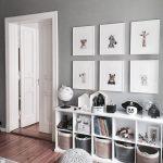 Grauer und weißer Schlafzimmertonwarenraum. Cube-Bücherschränke für viel Sta… - Babyzimmer ideen
