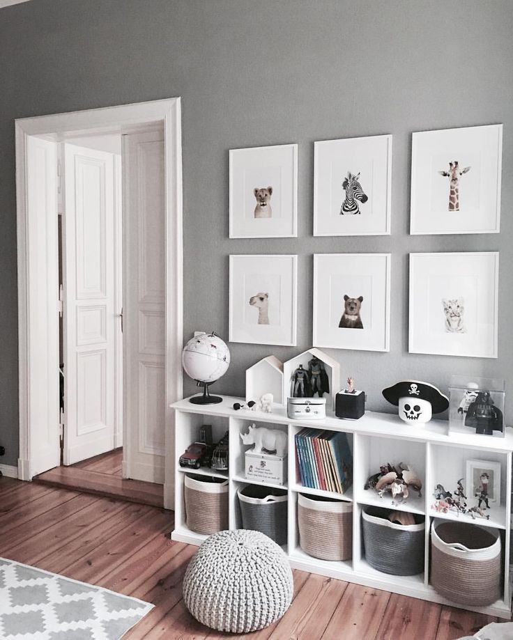 Grauer und weißer Schlafzimmertonwarenraum. Cube-Bücherschränke für viel Sta… – Babyzimmer ideen