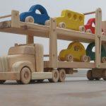 Hailey el transportador de coche - un camión de juguete de madera con rampas móviles - cinco coches color incluidos - verde, azul, rojo, amarillo