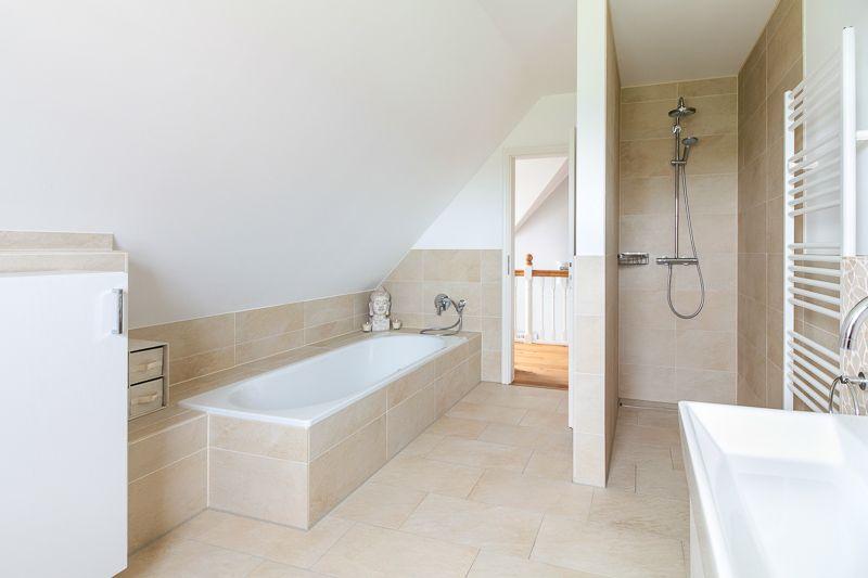 Helles #Badezimmer mit #Dusche und #Badewanne – ECO System HAUS