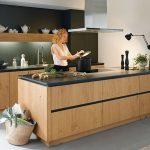 Holz bringt Wärme in die Küche und lässt sich hervorragend mit Schwarz kombin...