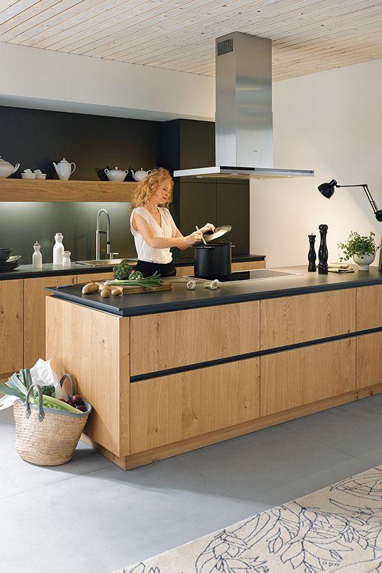 Holz bringt Wärme in die Küche und lässt sich hervorragend mit Schwarz kombin…