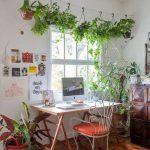 Home Office hat einen Tisch mit Bock, einen Eisenstuhl und eine Wäscheleine mit...