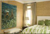James Radin Interior Design Schlafzimmer Bast Tapete weiß gepolstertes Kopfteil…