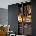 Kleiderschrank mit Schiebetüren schwarz holz ordnungssystem schubladen