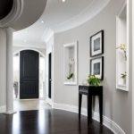 Murs gris, boiseries blanches et sols sombres. par Manda - Wood Design