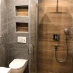 Naturstein- und Holzoptik Fliesen im Badezimmer