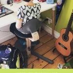 Nomi als Schreibtischstuhl - Schulkind