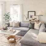 Ruhiges gemütliches Wohnzimmer mit Schnittsofa   - design & decor - #decor #Des...