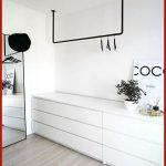 Schöne Offener Kleiderschrank im skandinavischen Stil, schwarz und weiß – #schwarz #schrank #… - bingefashion.com/interior
