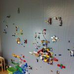 Tolle Idee für einen Kindergarten. Eine LEGO Wand. Dies wurde von 9X30 Design in ... - Kelly Blog
