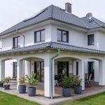 Überdachte Terrasse mit eckigen Säulen, Stadtvilla - Brian Hayes Blog