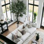 Un salon cathédrale, une piscine et des plantes dans une maison neuve - bingefashion.com/interior
