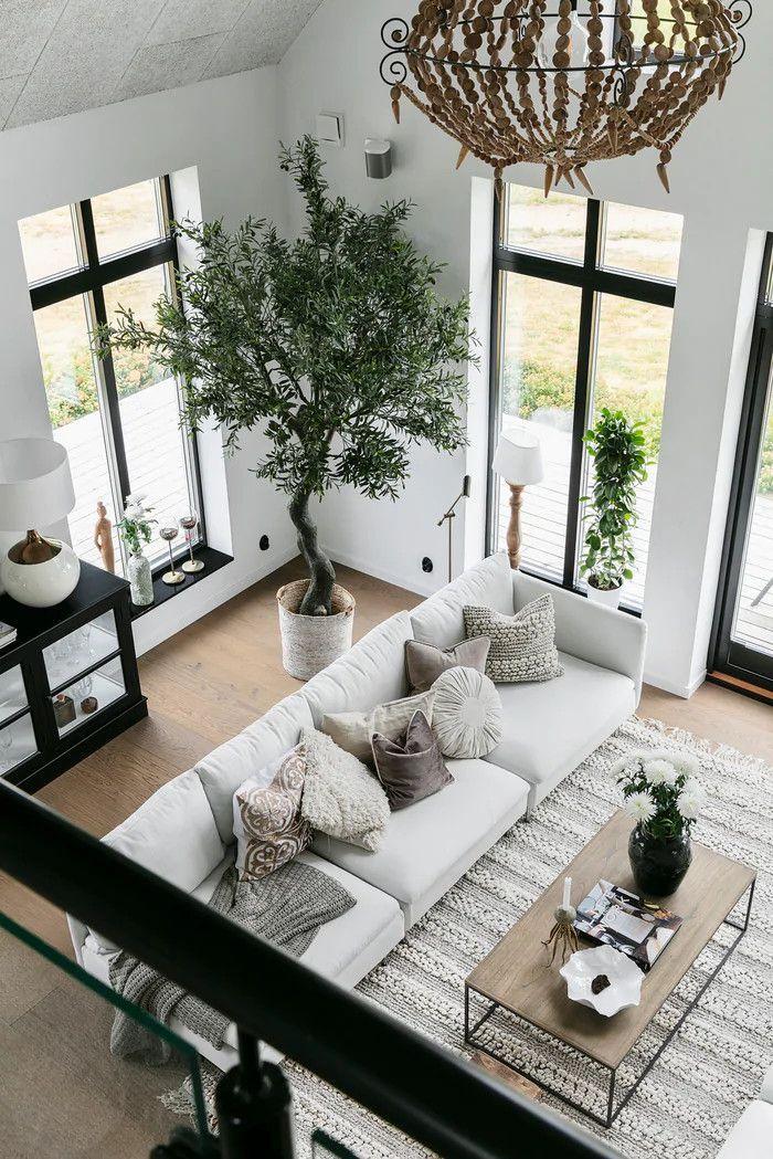 Un salon cathédrale, une piscine et des plantes dans une maison neuve – bingefashion.com/interior