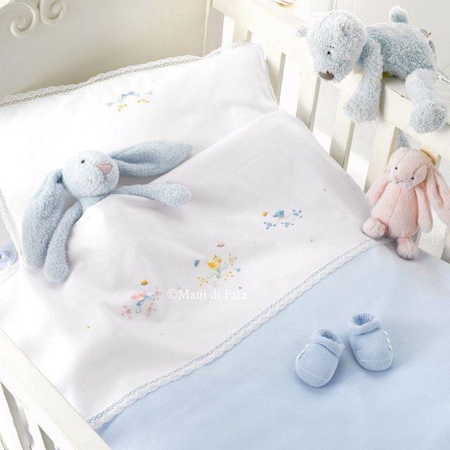 Von Hand besticktes Kinderbett mit Küken und Schmetterlingen