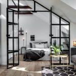 Walnut Residence mit Glaswand öffnet zum Hinterhof - https://bingefashion.com/haus