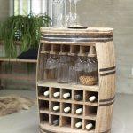 Weinregal Crazy dekoriert mit Flaschen und Gläsern                             ...