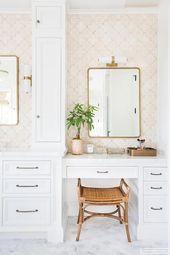 Weiße eingebaute Eitelkeit kennzeichnet weiße Shaker-Schränke mit Bronze-Hard…