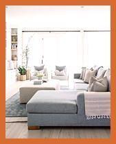 gemütliches Wohnzimmer // graues Sofa // heller Holzboden // grauer Schnitt //