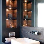 kleines-bad-wandnischen-regale-halogenleuchten - Wood Design