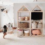 opberg ideeën voor kinderkamers. Deze houten kasten met manden zijn perfect...