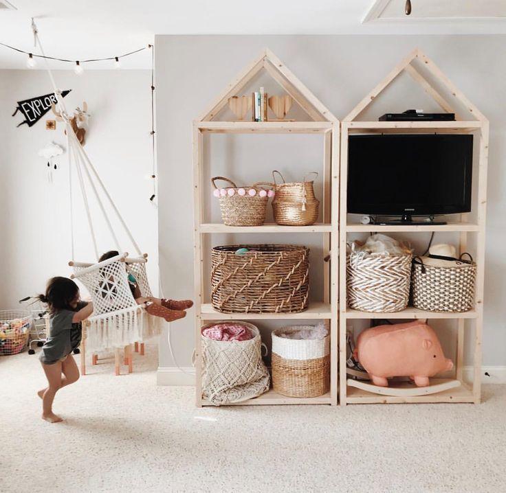 opberg ideeën voor kinderkamers. Deze houten kasten met manden zijn perfect…
