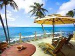 tropische Lanai Ideen Sonnenschirm im Freien Liegestühle Holztisch Glas Balkon ...