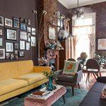 wohnzimmer streichen ideen dunkle wände steinwand pendelleuchte gelbes sofa -  ...